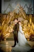 Bild könnte enthalten: 2 Personen, Personen, die stehen und Hochzeit
