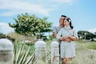 Bild könnte enthalten: 2 Personen, Personen, die stehen, Baum, Pflanze, Hochzeit und im Freien